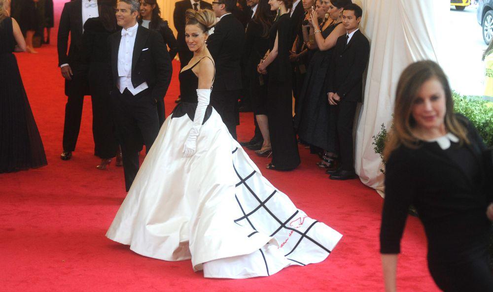 Актриса Сара Джессика Паркер – одна из самых верных поклонниц знаменитого модельера. Именно он подсказал Паркер так полюбившийся ей стиль – пышные юбки, идеально подчеркивающие тонкую талию. Сара Джессика Паркер в «Метрополитен-музее», май 2014 года.