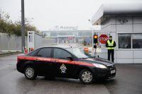 Автомобиль сотрудников Следственного комитета в аэропорту «Внуково», недалеко от места крушения легкомоторного самолета Falcon.