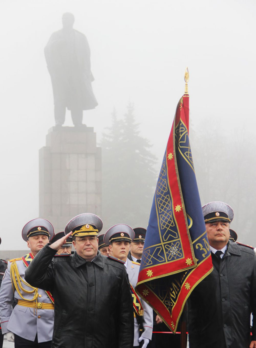 На фоне Ленина