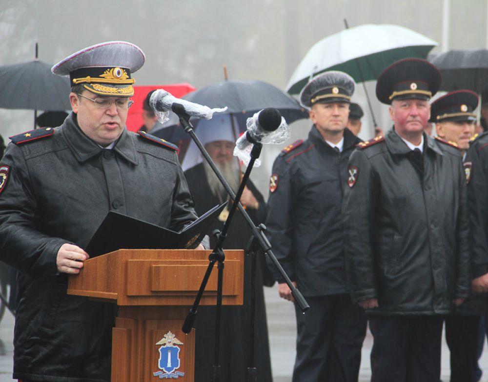 Генерал-майор полиции Виталий Шулика поздравляет сотрудников УМВД с новым знаменем
