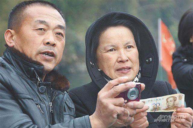 Китайцы даже за границу ездят со своим юанем - его можно свободно обменять и в ЕС, и даже в США.