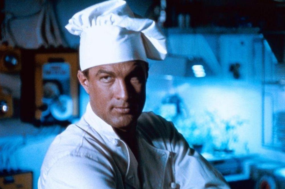 Роль повара однажды довелось сыграть даже Стивену Сигалу – в 1992 году он исполнил роль бывшего морского пехотинца, ныне работающего на кухне военного корабля в картине «В осаде».