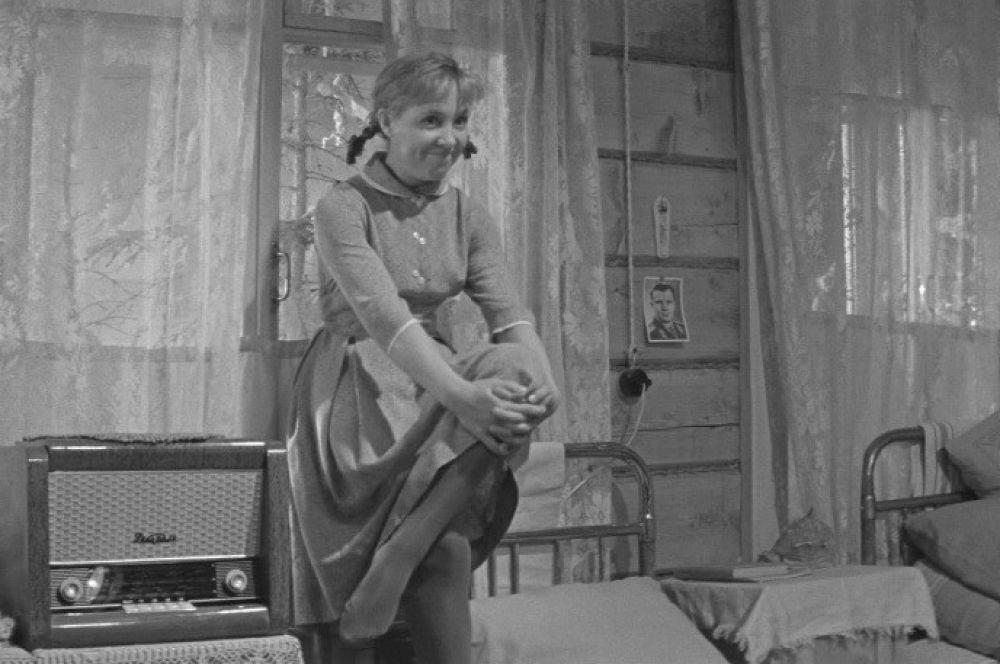 Приключения главной героини культовой советской комедии «Девчата» Тоси Кислициной начинаются, когда она приезжает работать в леспромхоз поварихой.