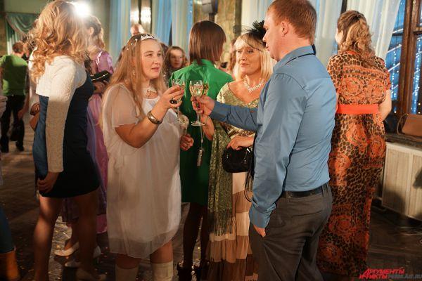 В рамках отбора дамы должны быть в ярких платьях, с праздничной прической и макияжем, господа – в элегантных костюмах и рубашках.