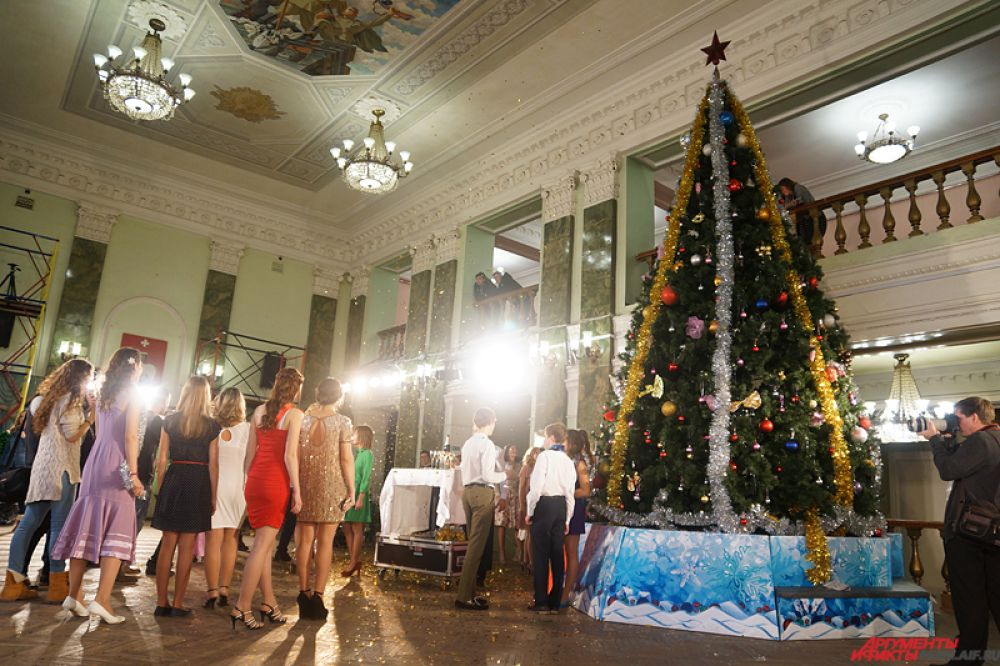 По сюжету, шумная компания собирается отпраздновать главный российский праздник в одном из самых популярных исторических интерьеров города, после чего действие переносится в канун 2015 года.