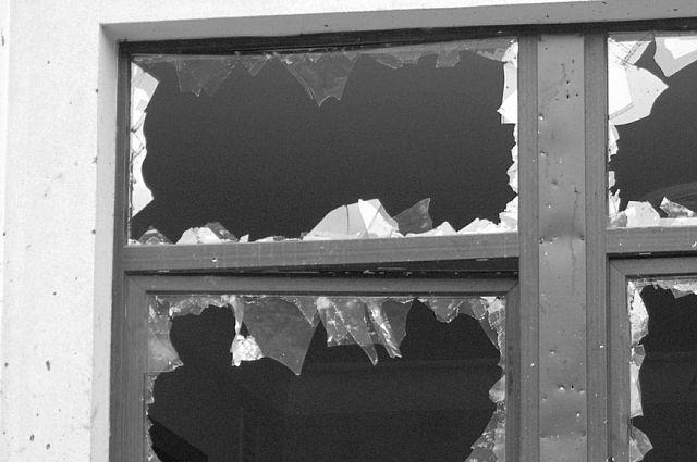 Падая, крыша выбила стекло в соседнем доме.