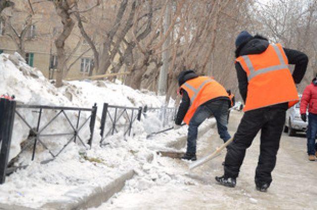 Разгребать снег ночью 23 октября в Екатеринбурге будут сотни рабочих