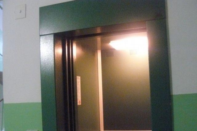 Благодаря экономии горадминистрации в Екатеринбурге заменят еще 6 лифтов