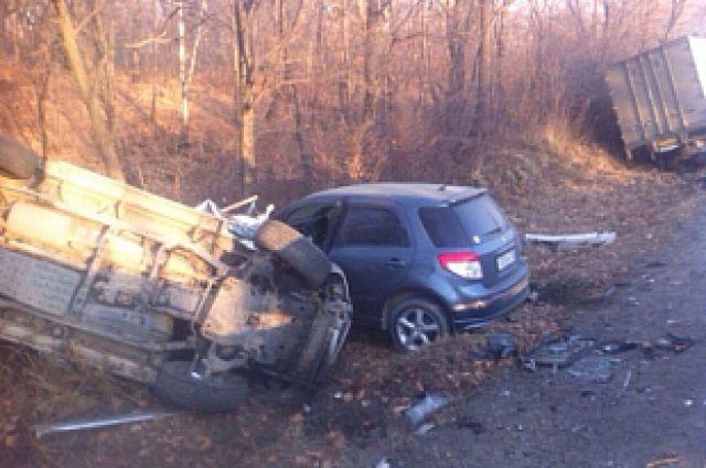 Автомобили слетели в овраг от удара Toyota Hino.
