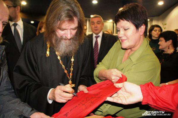 Главный автограф от путешественника получила директор музея Светлана Зонина на фирменной курточке. Теперь этот дождевик будет храниться в музее как экспонат.