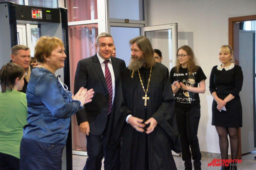 Федор Конюхов появился в дверях Государственного художественного музея в черной рясе. От самого входа и на протяжении всей встречи отец Федор раздавал благословения и автографы.