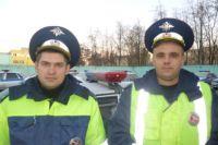 Задержавшие нарушителя инспекторы ОГИБДД УМВД по городу Брянску Алексей Кудинов и Александр Шмычков