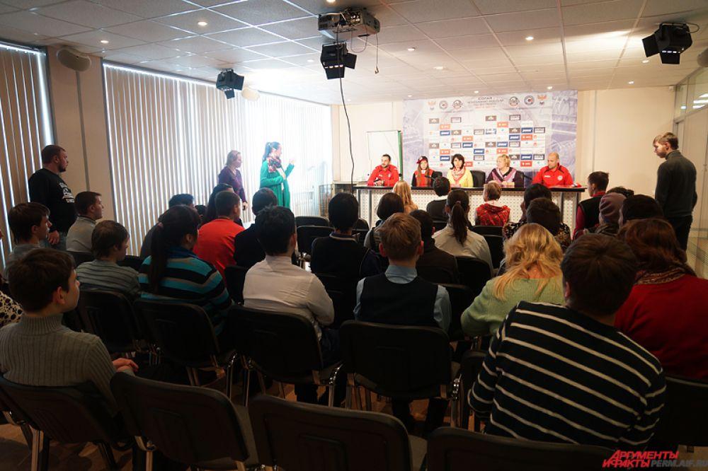 В заключение подростки пообщались с тренерами-преподавателями молодых футболистов «Амкара», а также с девочками из группы поддержки команды и руководством женского клуба «Звезда-2005».