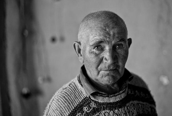 Дмитрий Гаврилович - житель села Пожар Брасовского района - вырастил и воспитал 5 детей. Старик остался один - его жена приболела и один из сыновей забрал её к себе подлечиться.