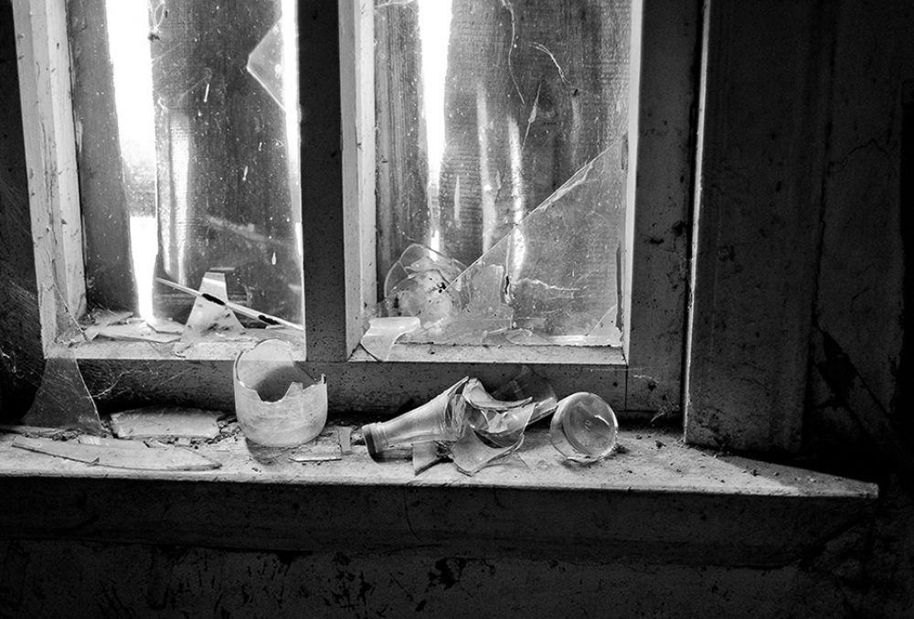 Дома в Крючках (ударение на 1 слог) Брянского района разбиты и разграблены, в деревне осталась только одна жительница - Нина Дмитриевна.