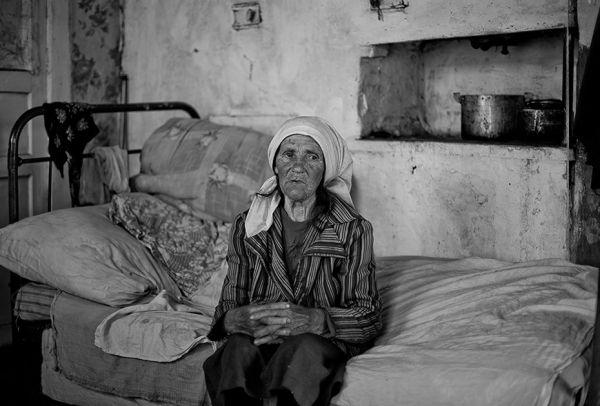 Анастасия Васильевна - жительница деревеньки Печки Навлинского района, бабушка 13 внуков и 6 правнуков. За продуктами она ходит в соседнюю деревню Щегловка, а к врачу - в райцентр.