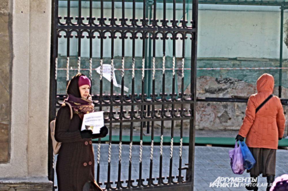 Прошу Христа ради у ворот храма.