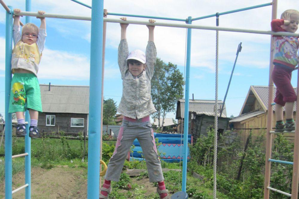 Участник №6. Внуки Ирины Овсянниковой с удовольствием приезжают на дачу, ведь здесь есть все для веселых игр, спортивных занятий, физического развития.