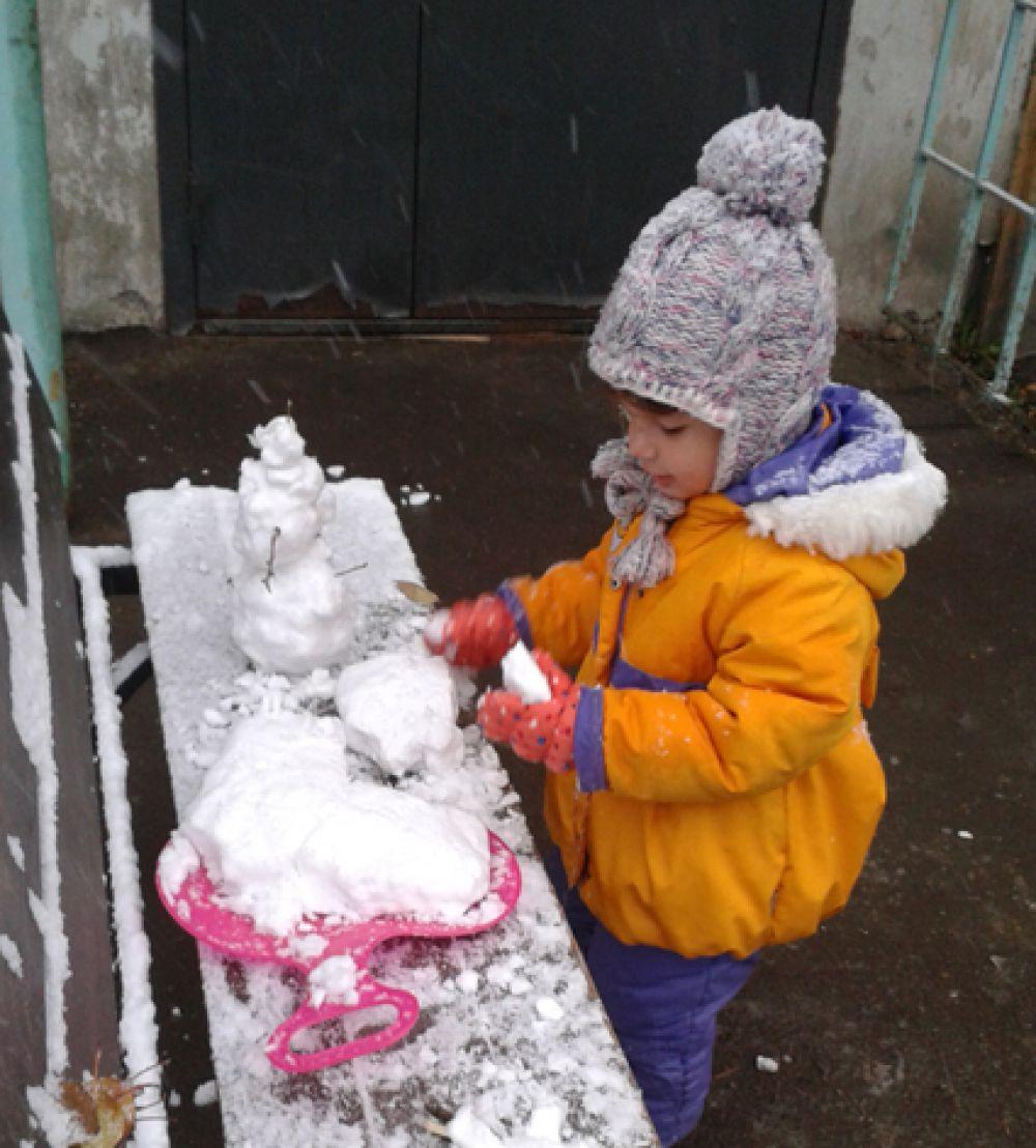 Участник №10. Маша Никольская обожает лепить снеговиков и с нетерпением ждет зимы.