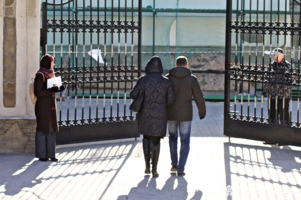 Но и оттуда прогнал работник охраны, прямо через ворота процитировав инструкцию о служебных обязанностях.