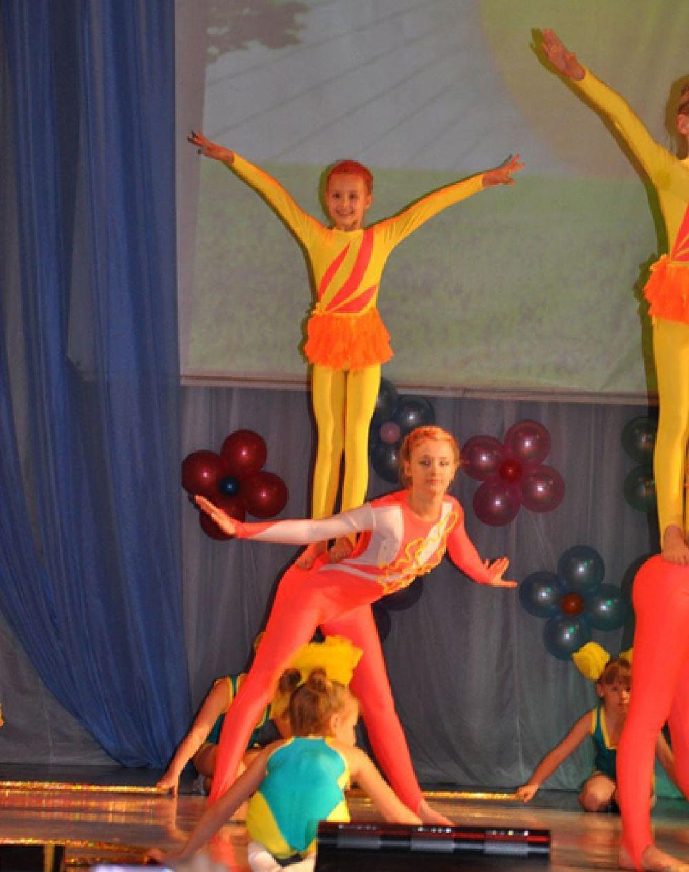 Участник №1.  Большедворская Тая уже несколько лет занимается цирковой гимнастикой. На фото она «верхняя».