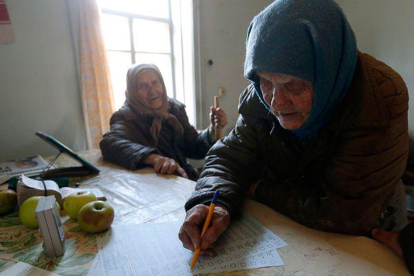 Среди кандидатов-одномандатников, за которыми пристально следят украинские СМИ, - сын президента Украины Алексей Порошенко, который лидирует в округе № 12 в Винницкой области. Ранее в этом округе депутатом был избран его отец, который сложил полномочия парламентария, заняв пост главы государства.
