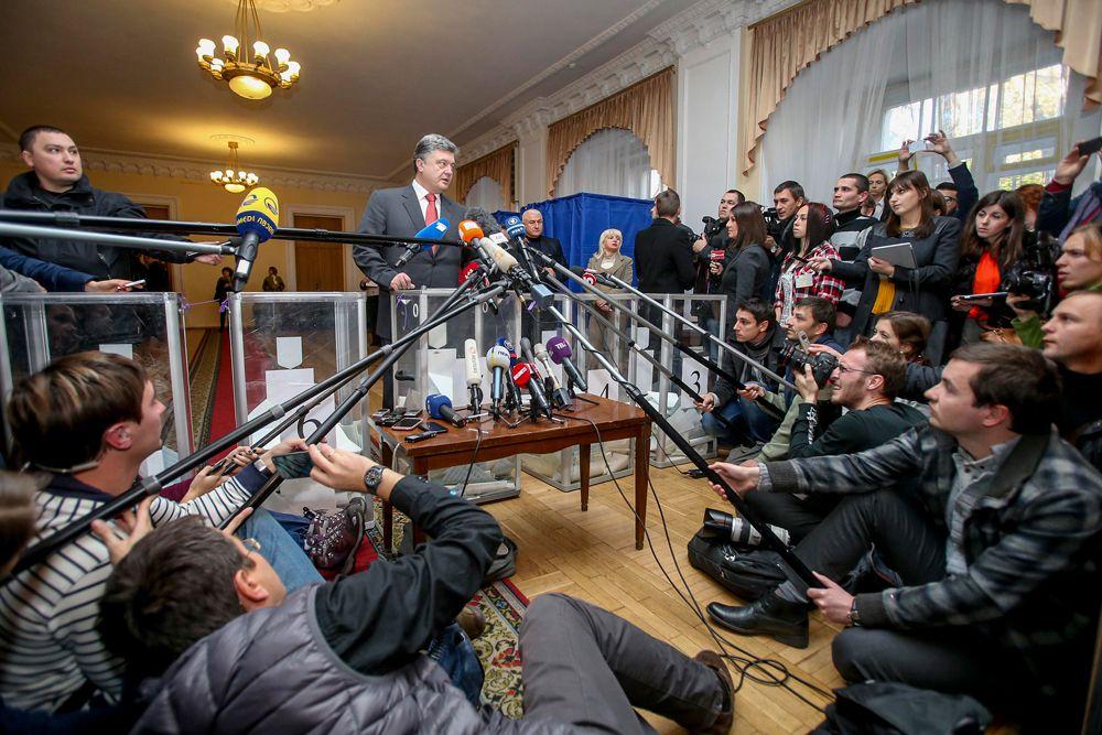 По мере подсчета бюллетеней постоянно менялись лидеры избирательной гонки среди партий. На первое место вырвался то «Народный фронт» Арсения Яценюка, то «Блок Петра Порошенко» (БПП). По последним данным вновь лидирует «Народный фронт» с — 21,67 % голосов.