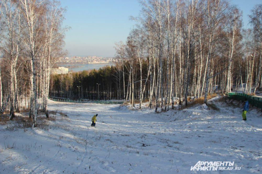 Торопясь, пока снег не растаял, ребята собрали снаряжение и отправились на горнолыжные трассы, что бы открыть сноубордический сезон.