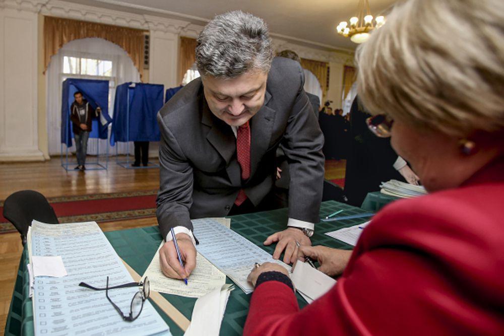 Выборы в Верховную раду Украины прошли при самой низкой явке населения за всю историю – 52,42%. В девяти округах Донецкой области, в шести Луганской и в Крыму голосование не проводилось вовсе. Тем не менее ЦИК объявила выборы состоявшимися.