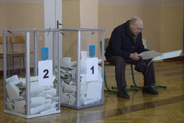 В Вышгороде Киевской области окружную избирательную комиссию № 96 в ночь на понедельник заблокировали представители «Правого сектора», между радикалами и членами комиссии возникла потасовка.