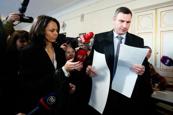 Мэр Киева Виталий Кличко и его жена Наталья на избирательном участке в Киеве.