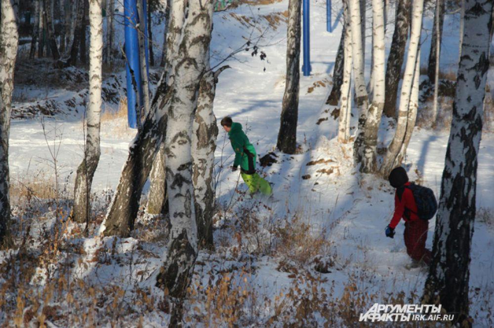 «Снега мало, но скользить удается. Хорошо камней хоть нет. Сильно соскучились по сноубордам, вот и решили открыть сезон» - рассказали сноубордисты в Академгородке.