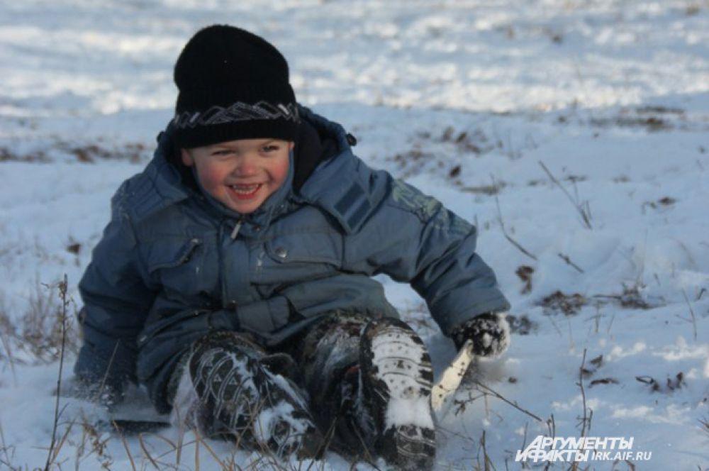 «Меня привела на горку бабушка. Утром, когда я увидел столько снега, я решил, что пора покататься» - рассказал раскрасневшийся мальчишка по имени Егор.