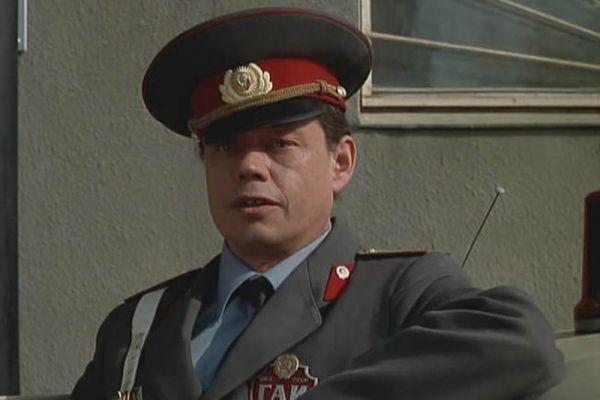 Еще в 10-м классе Николай Караченцов начал заниматься в студии самодеятельности для школьников при Центральном детском театре. Там он сыграл свою первую роль в спектакле «Фигаро». Тогда же Николай решил стать актером.