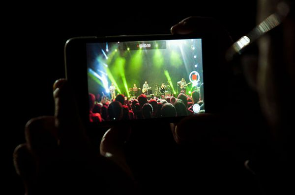 Фанаты снимали концерт на видео