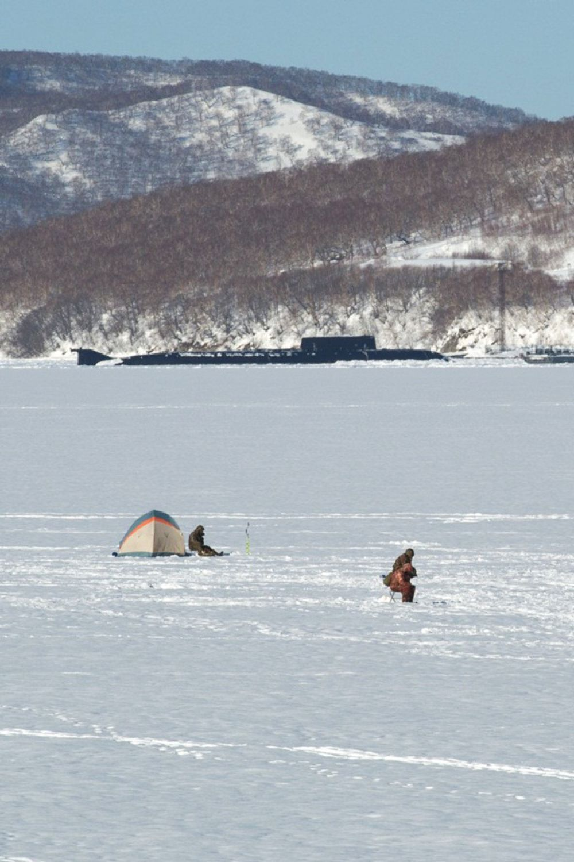 Рыбаки под охраной.