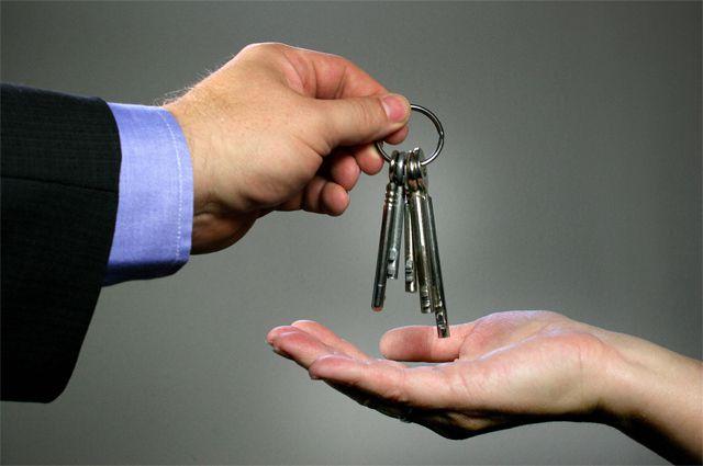 Выпускникам детских домов вручили ключи от новых квартир.