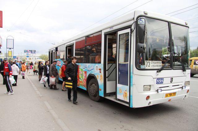 Автобус сбил пешехода, переходящего дорогу в неположенном месте.