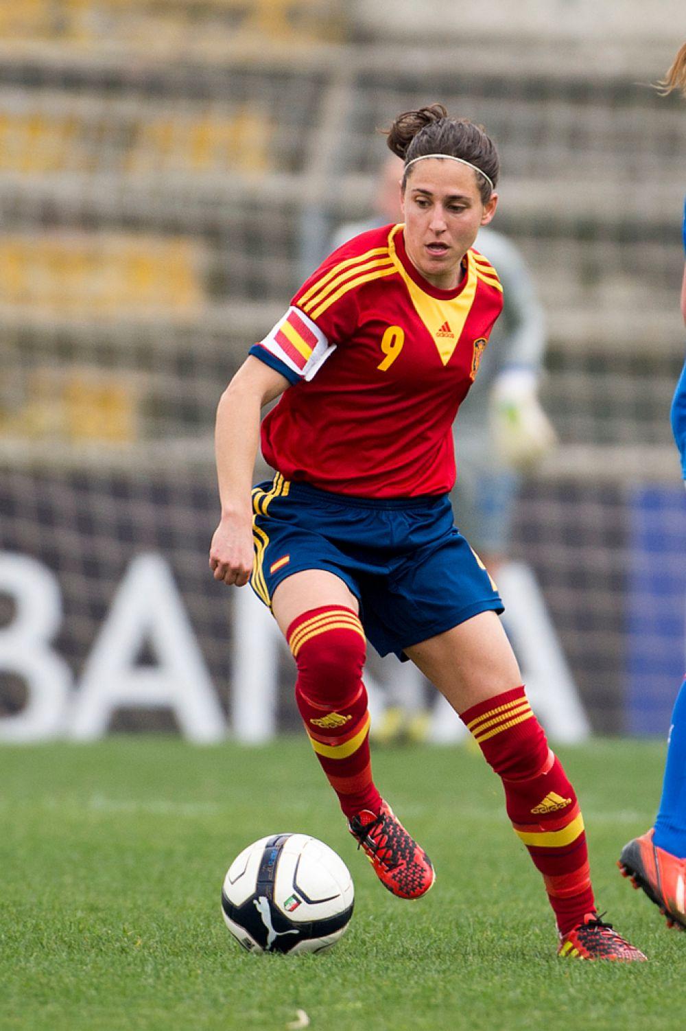 Вероника Бокете играет за немецкий «Франкфурт» и одновременно носит капитанскую повязку в составе «Красной фурии».