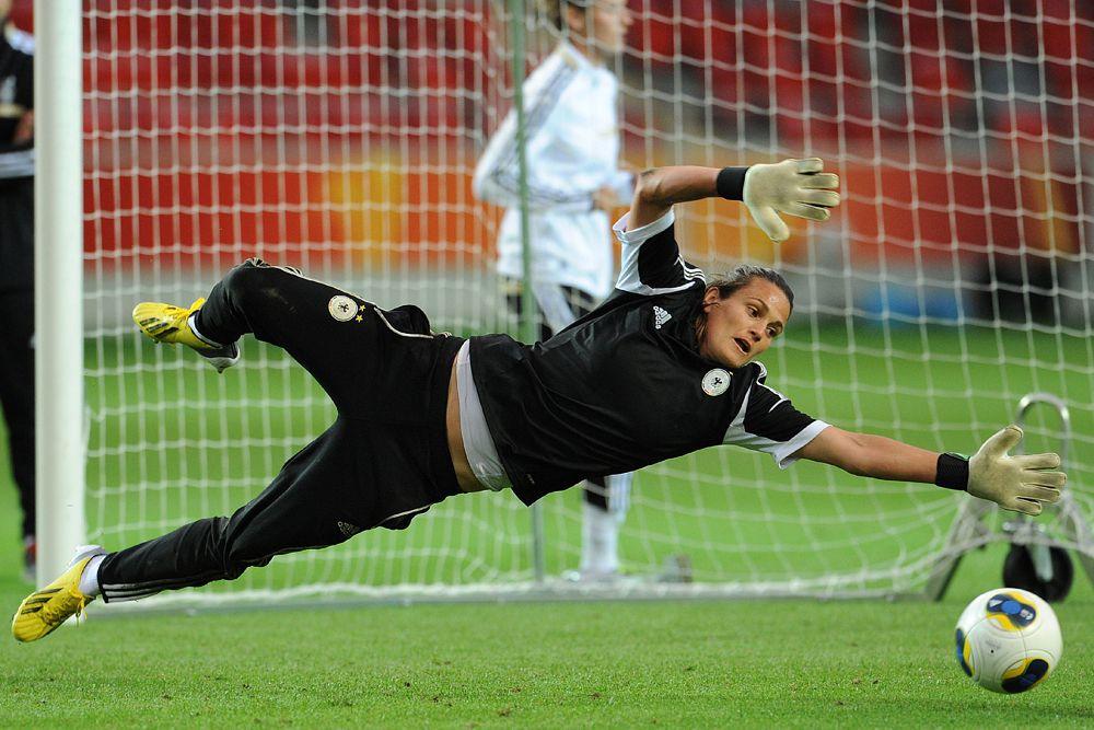 Надин Ангерер исполнилось 35 лет, но для вратаря – это самый расцвет. Надин защищает цвета сборной Германии с 1996 года и до сих пор не дает повода усомниться в своем классе — 135 игр в составе бундестим, семь чемпионских титулов на первенствах Европы и мира и «Золотой мяч» ФИФА 2013 года.