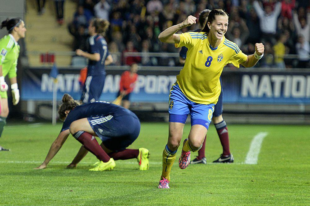 У футбольной Швеции есть не только Златан Ибрагимович. Лотта Шелин за семь лет в «Гетеборге» забила 116 голов в 154 матчах, а во французском «Лионе» — 104 мяча в 106 встречах. На ЧЕ-2013 в родной Швеции Шелин отметилась пятью голами и получила «Золотую бутсу», но ее сборная стала лишь бронзовым призером первенства.