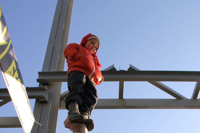 Пятилетний мальчик прыгнул с киевского моста и установил рекорд