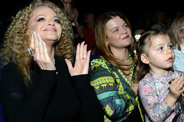Певица Лариса Долина с дочерью Ангелиной и внучкой.