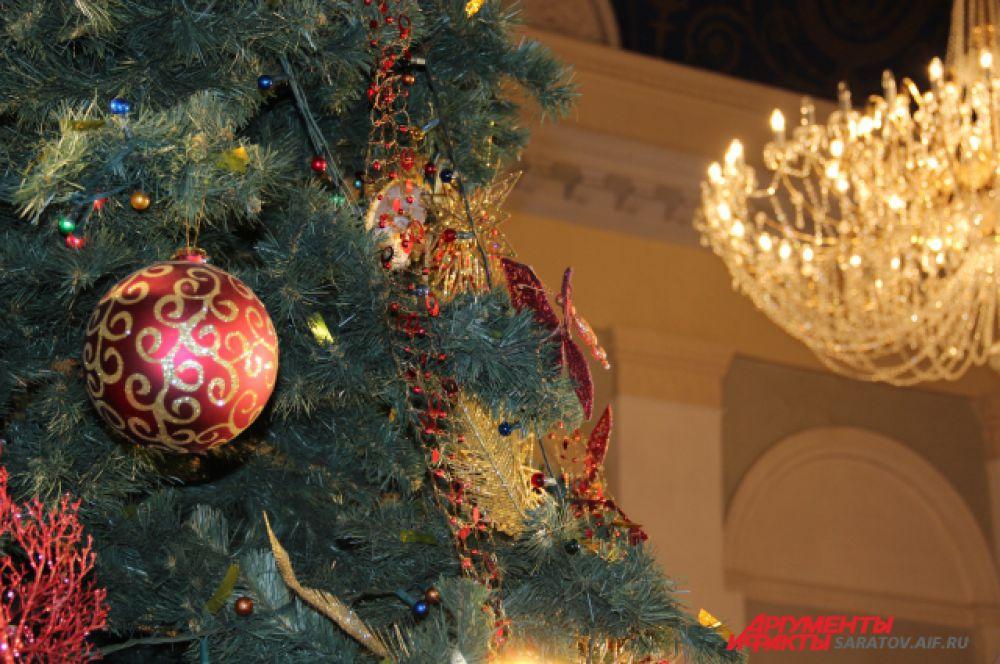 Праздничные декорации - невероятно красивые елочные шары, составляли достойную конкуренцию шикарным люстрам