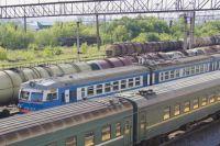 Полуприцеп и локомотив столкнулись на путях.