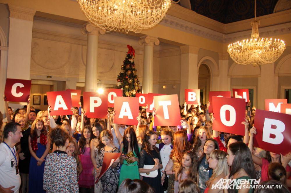 Актеры массовых сцен должны были поздравить Саратов с Новым годом. Увидеть себя и свой город можно будет 25 декабря 2014 года, когда рождественская комедия выйдет в прокат на большие экраны.
