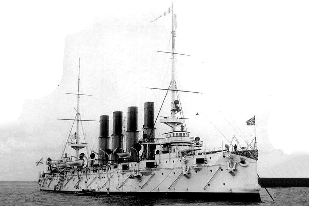 «Варяг»  – легенда ВМФ России. Крейсер был заложен в 1898 году в Филадельфии. В 1900 году был передан Российской империи и в 1901 вступил в строй. Корабль известен морским сражением с японской эскадрой в 1904 году.«Варяг» получил, по разным данным, от 7 до 11 попаданий, в том числе одну пробоину площадью 2 кв. м у ватерлинии, но судно осталось на плову. Российские моряки сами затопили «Варяг». В 1905 году «Варяг» был поднят японцами, отремонтирован и введён в строй 22 августа в качестве крейсера 2-го класса под названием «Соя». Более семи лет использовался японцами для учебных целей.
