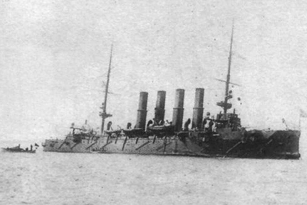Имя бронепалубного крейсера «Варяг» вошло в историю после морского сражения 27 января 1904 года на рейде близ корейского города Чемульпо (сейчас Инчхон), где броненосец находился с дипломатической миссией. На выходе из порта крейсер был атакован японской эскадрой. Артиллерийская дуэль «Варяга» против четырнадцати японских кораблей длилась несколько часов. За это время «Варяг», согласно рапорту командира, выпустил по противнику 1105 снарядов, огнём крейсера был потоплен один миноносец и повреждён крейсер «Асама», а крейсер «Такачихо» затонул после боя.