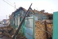 Дом загорелся из-за взрыва газового баллона.