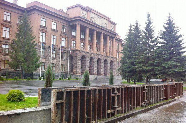 Прокуратура выявила нарушения при возведении забора вокруг штаба ЦВО